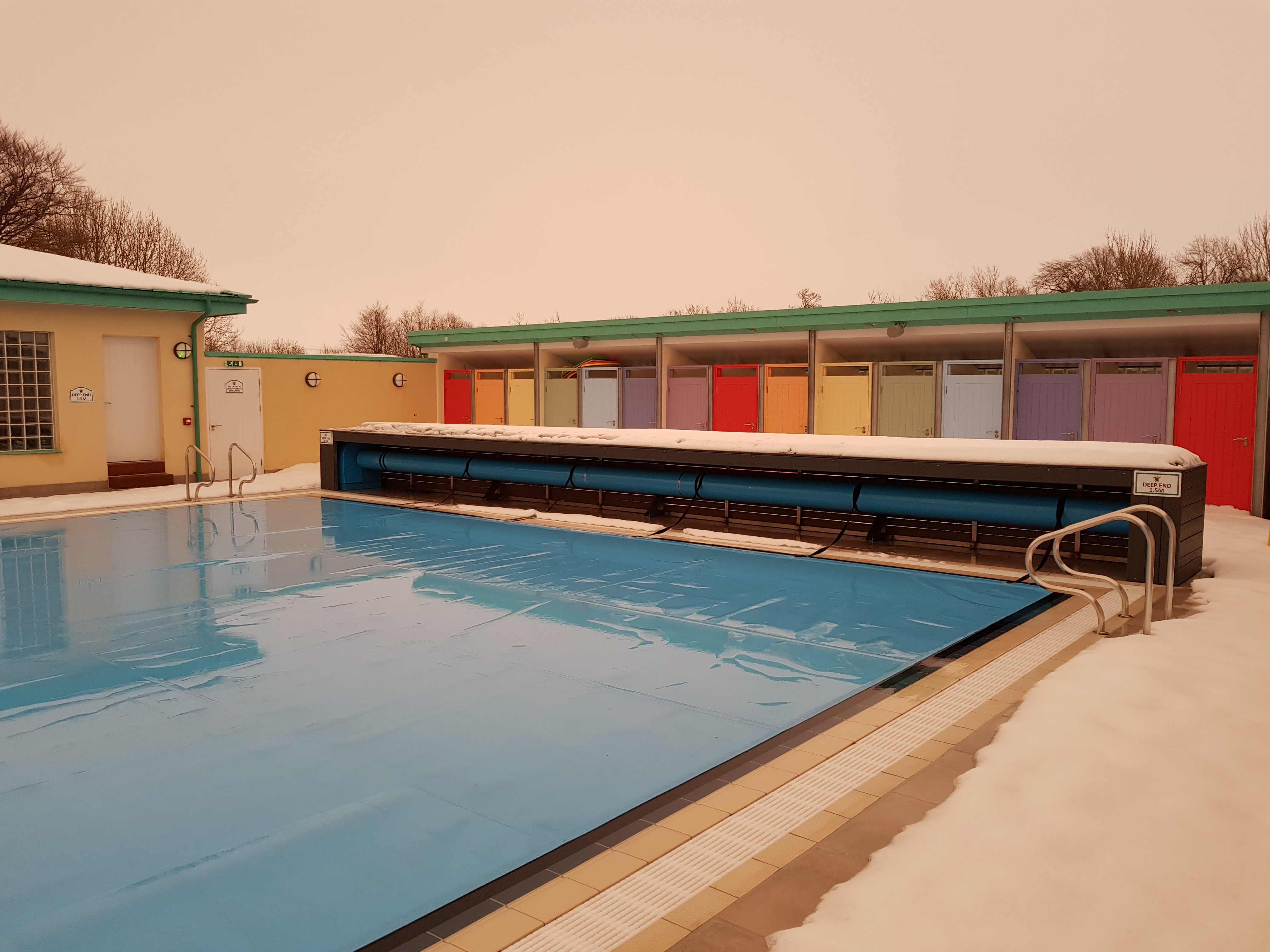 New cumnock swimming pool charles saumarez smith for Unused swimming pool